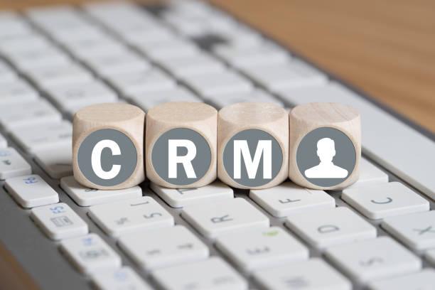 cubes avec des lettres formant l'acronyme CRM sur un clavier - Photo