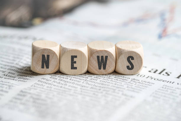 """cubes with the word """"news"""" on a newspaper - news foto e immagini stock"""