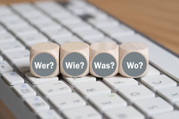 """cubes with the words """"who, how, what, when"""" in german on a keyboard - понятия и темы стоковые фото и изображения"""