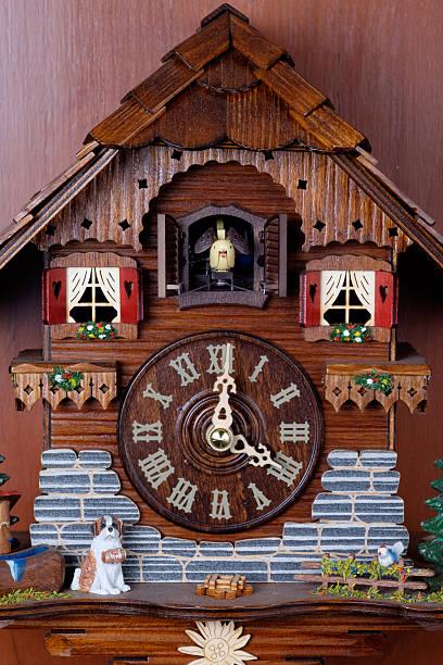 Reloj de cuco con birdie - foto de stock