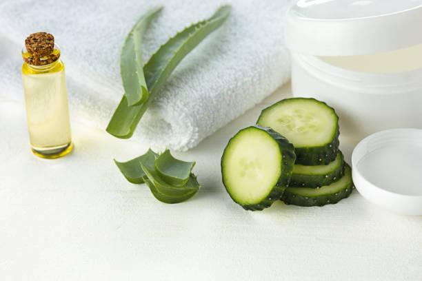 gurke und aloe kosmetische creme gesicht, haut und körper hygiene feuchtigkeit pflegelotion - gurkenmaske stock-fotos und bilder