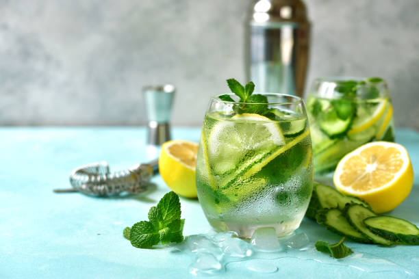 Gurken- und Zitronen-Erfrischungsgetränk mit Minze – Foto