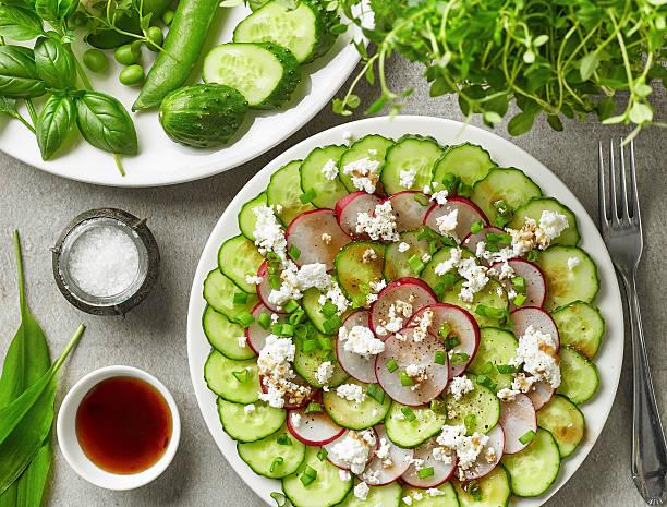 gurke, rettich-carpaccio mit frischem käse - carpaccio salat stock-fotos und bilder