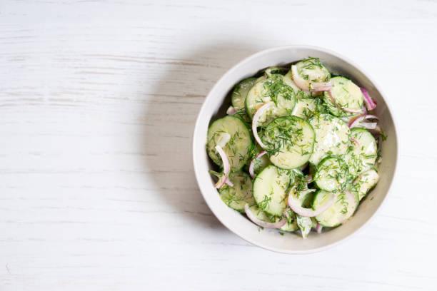 Gurken- und roter Zwiebelsalat – Foto