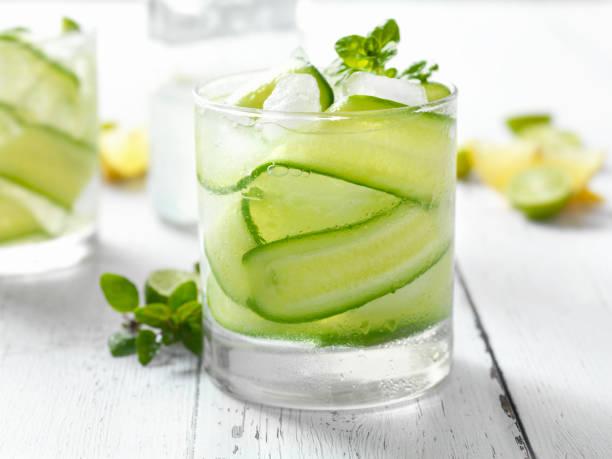 gurke, basilikum und zitrusfrüchten cocktail - cocktails mit wodka stock-fotos und bilder