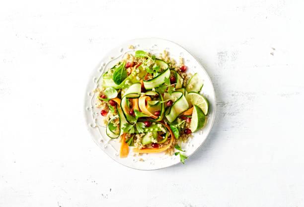 Gurke, Karotte, Zuckerkuchen und Quinoa-Salat mit Granatapfelsamen – Foto