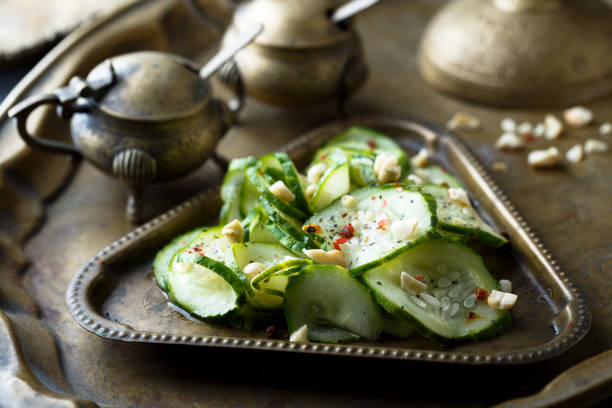 gurkensalat - erdnusssalatdressings stock-fotos und bilder