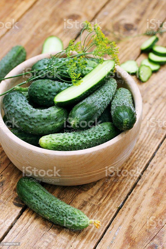 cucumbers in a wooden bowl Lizenzfreies stock-foto