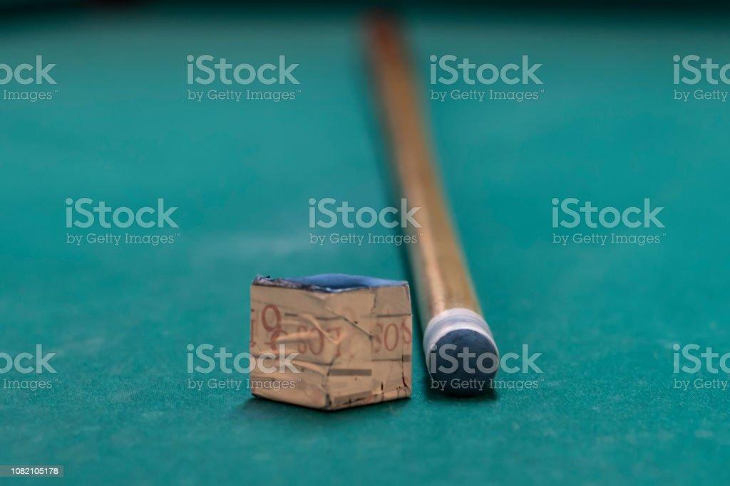 A cue stick and a chalk on a pool table - fotografia de stock