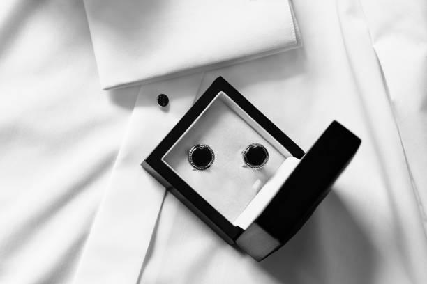 manschettenknöpfe in black-box - hochzeitsbox stock-fotos und bilder