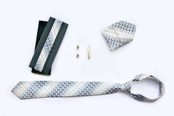 manschettenknöpfe, krawatte und fliege clip, taschentuch und geschenkverpackung. - krawattennadel stock-fotos und bilder