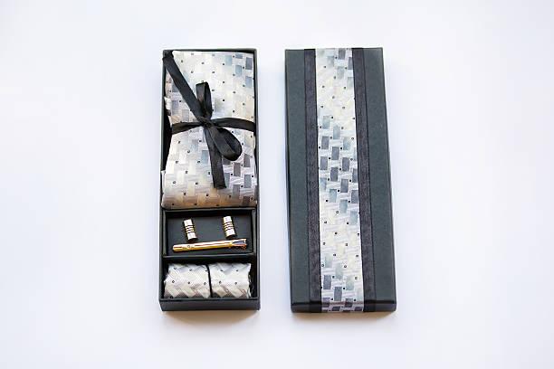 manschettenknöpfe, krawatte und fliege clip, taschentuch in der box. - krawattennadel stock-fotos und bilder