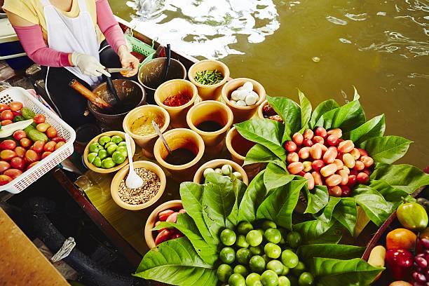 cuisine on the boat - thai food stockfoto's en -beelden