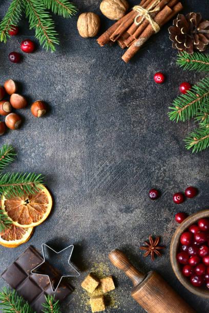 Kulinarischer Hintergrund mit weihnachtlichen Wintergewürzen und Zutaten zum Backen – Foto