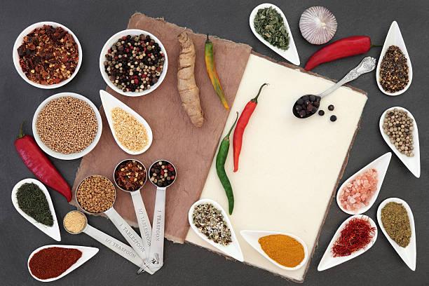 küche-kräuter und gewürze - bärlauchsalz stock-fotos und bilder