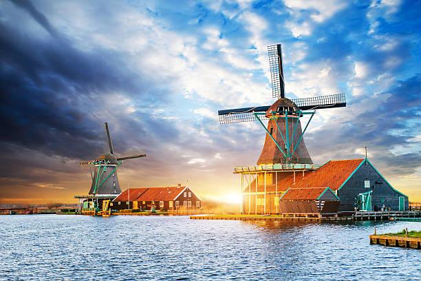 cumulus nuvole al tramonto sopra i mulini a vento olandese a rotterdam. neth - rotterdam foto e immagini stock