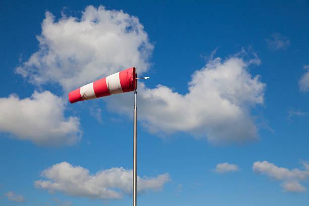 Cumulus Wolkengebilde mit einem gestreiften Luftsack – Foto