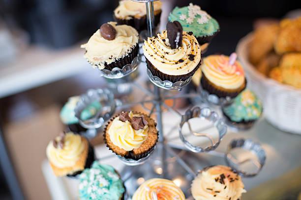 cup-cake tier - brautparty kuchen stock-fotos und bilder