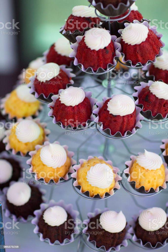 Cup cakes on display zbiór zdjęć royalty-free