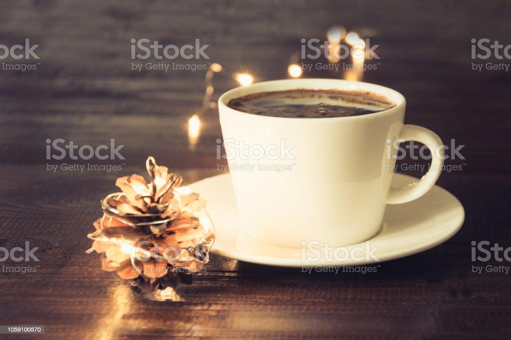 Weihnachtsbeleuchtung Kegel.Tasse Schwarzen Kaffee Und Kegel Weihnachtsbeleuchtung Auf Holzbrett