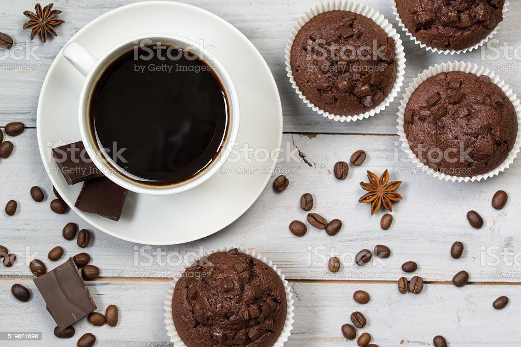 Taza de café negro, granos de café y chocolate, bollos, vista superior - Foto de stock de Al horno libre de derechos