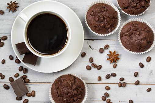 Taza De Café Negro Granos De Café Y Chocolate Bollos Vista Superior Foto de stock y más banco de imágenes de Al horno