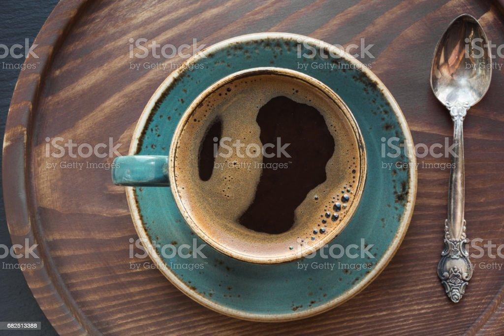 Tasse schwarzer Kaffee mit Kaffeelöffel auf Tablett aus Holz. Lizenzfreies stock-foto