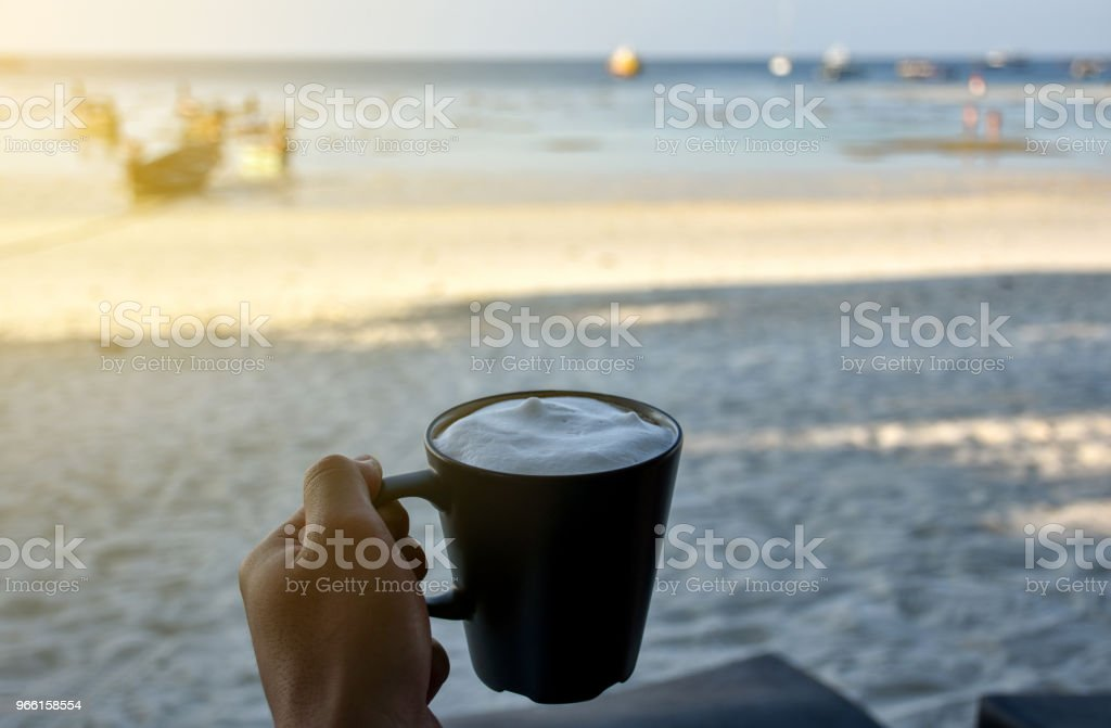 Cup of cappuccino by the beach. - Royalty-free Adulto Foto de stock
