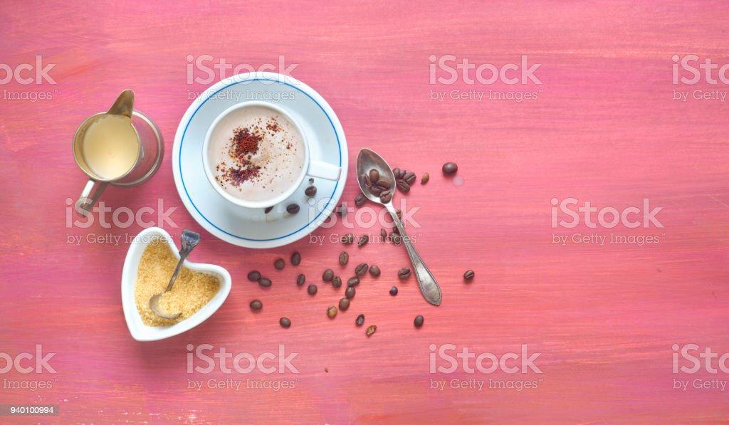 Tasse Cappuccino, Kaffee, Zucker, Milch und Kaffeebohnen am roten Tisch frei kopieren Raum – Foto
