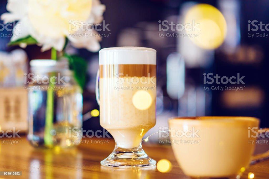 咖啡廳酒吧櫃檯上的一杯卡布奇諾咖啡 - 免版稅休息中圖庫照片