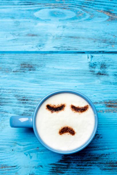 tazza di cappuccino con un viso triste - blue monday foto e immagini stock