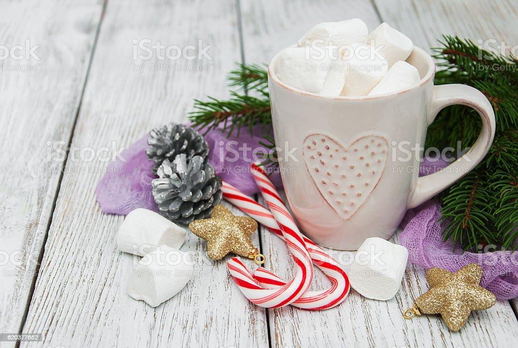 Chávena de chocolate quente com gomas e foto de stock royalty-free