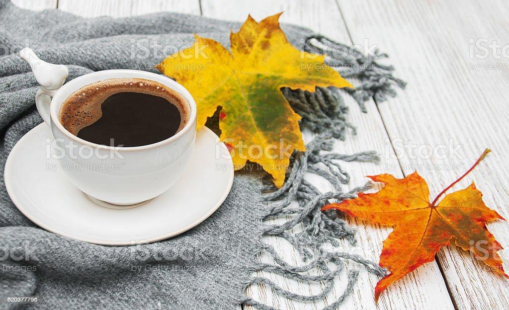 Filiżanka kawy i jesienią liście zbiór zdjęć royalty-free