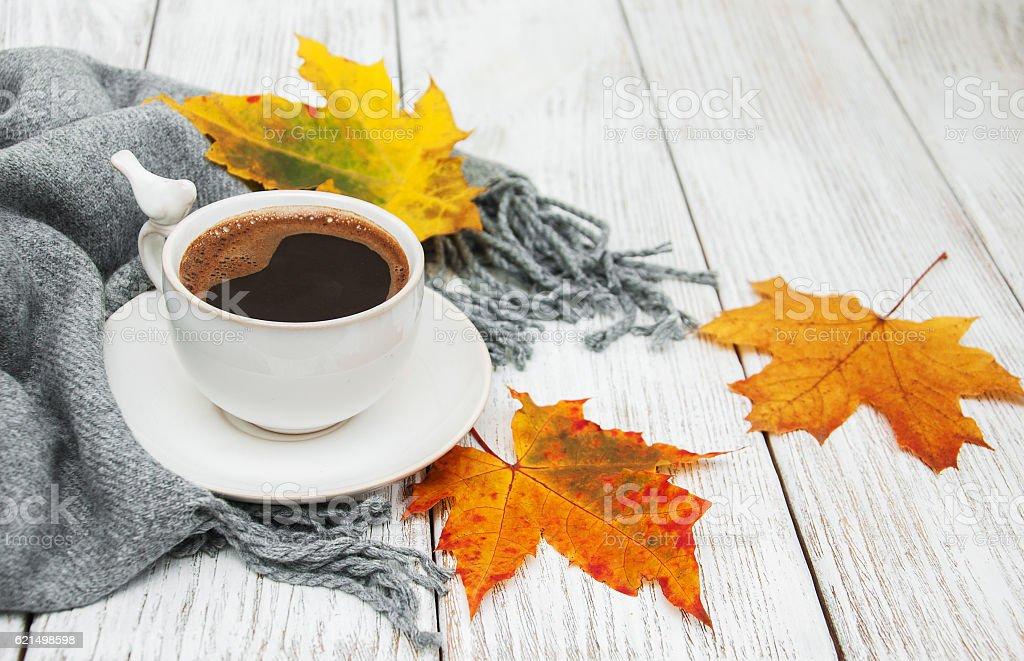 Tazza di caffè e foglie autunnali foto stock royalty-free