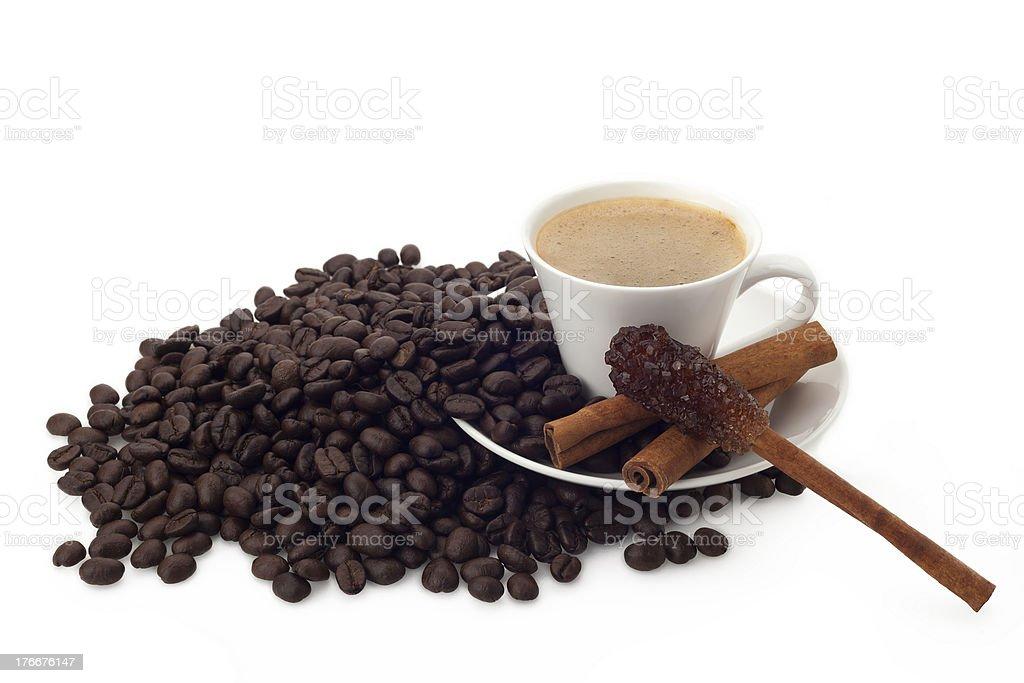 Taza de granos de café con azúcar y canela stick foto de stock libre de derechos