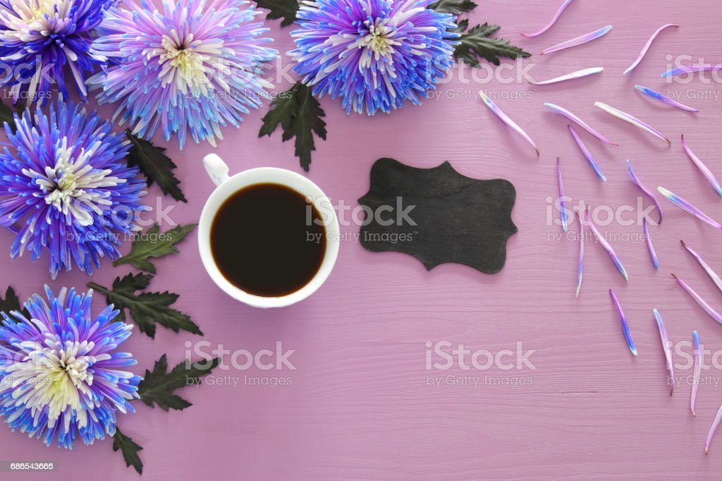 cup of coffee and beautiful blue flowers arrangement zbiór zdjęć royalty-free