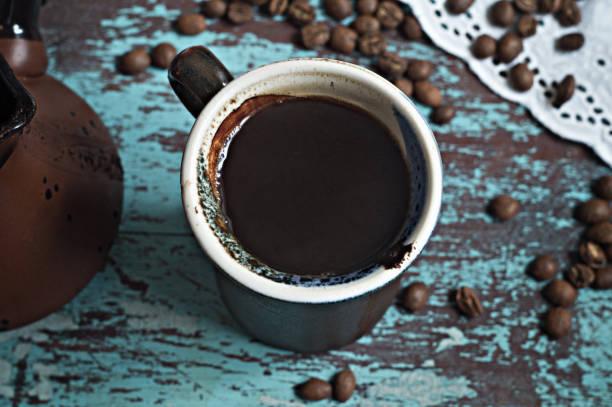 한 잔의 커피와 블루 표면에 커피 콩 - 커피 마실 것 뉴스 사진 이미지