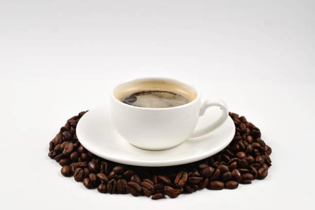 一杯咖啡和咖啡豆。 - 咖啡 飲品 個照片及圖片檔
