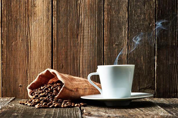 Tasse Kaffee und Kaffeebohnen – Foto