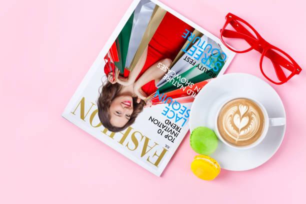 Tasse Kaffee und bunte Makronen – Foto