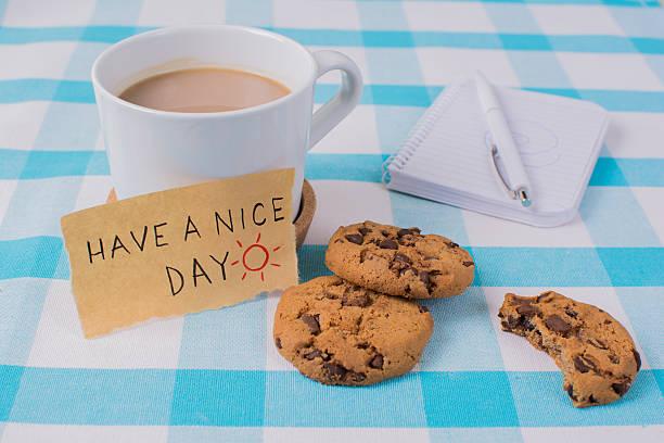 tasse kaffee und kekse auf dem tisch. wir wünschen eine - abschiedswünsche stock-fotos und bilder