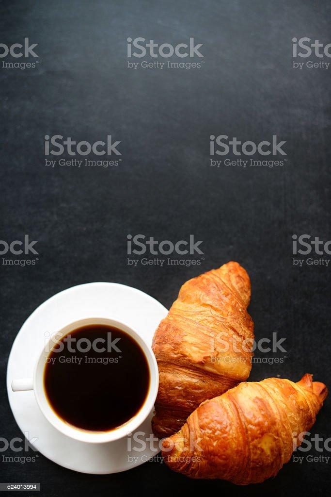 Tasse Kaffee und croissants – Foto