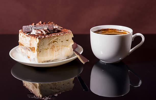 eine tasse kaffee und slice-tiramisu - schokolade gebratene kuchen stock-fotos und bilder
