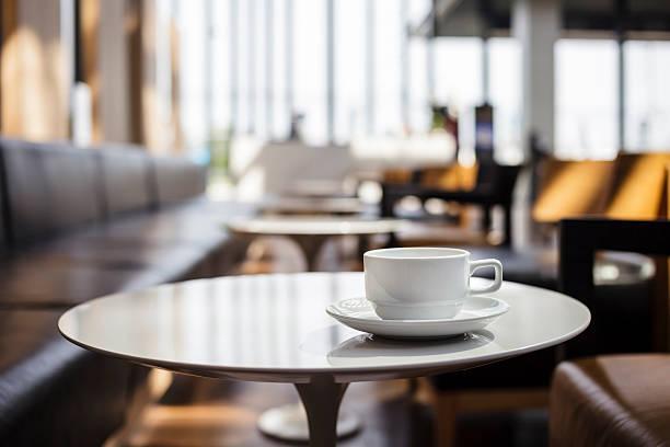 tasse kaffee im café - teeladen stock-fotos und bilder
