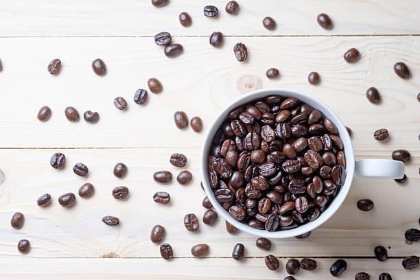 Taza de granos de café - foto de stock