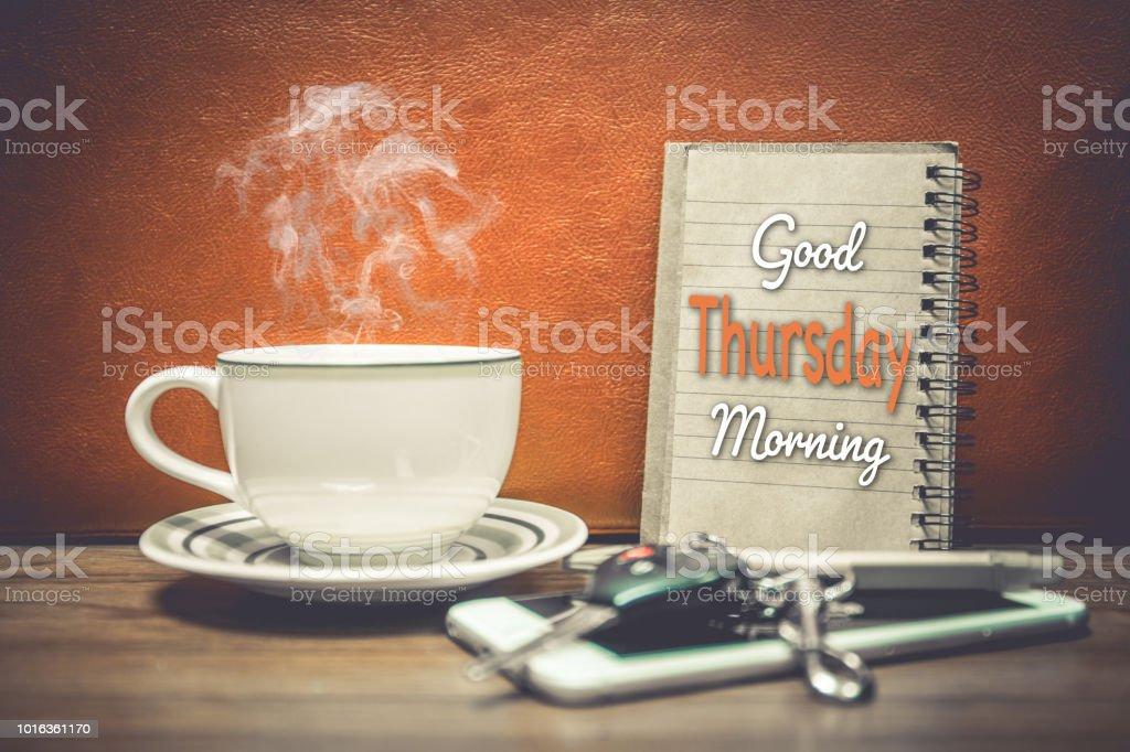 Eine Tasse Kaffee Handy Und Schlüssel Des Autos Auf Orangem