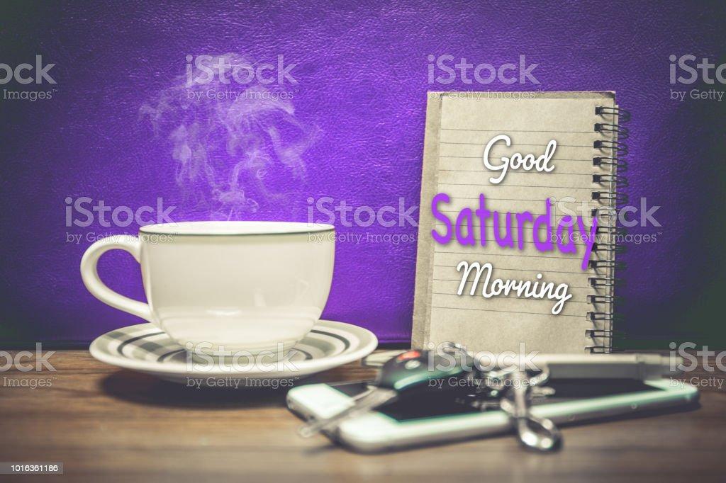 Eine Tasse Kaffee Handy Und Schlüssel Des Autos Auf Lila