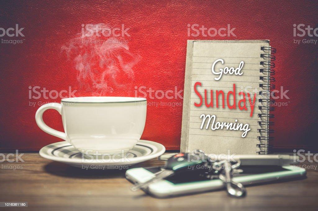 Eine Tasse Kaffee Handy Und Schlüssel Des Autos Auf Rotem