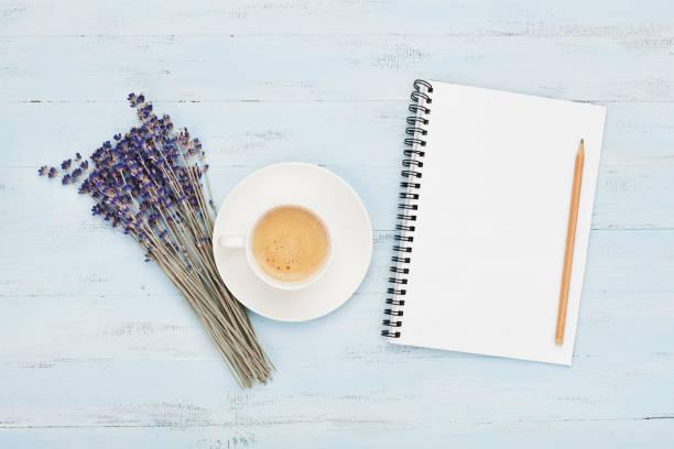 kopp kaffe, tom anteckningsbok och lavendel blomma på blå topp tabellvy. kvinna skrivbord. mysig frukost. - linjerat papper bakgrund bildbanksfoton och bilder