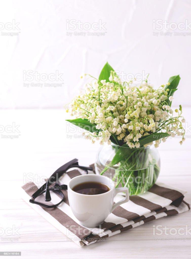 Tasse de café, les verres et les perce-neige fleurs photo libre de droits